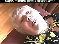 Große Oma zeigen großen Arsch und behaarte Muschi