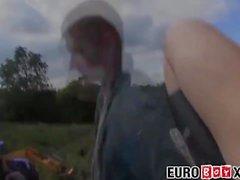 Süße junge Jungen Euro Bauernhof verdammt hart auf einem Heuhaufen