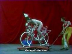 Hermosa de muchacha está que monta de un sexual bicicleta de