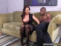 Janet Mason intenta el enorme gallo negro de Mandingo