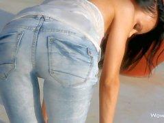 Winzige Teens Esel Melanie B herunterzieht ihren Blue Jeans