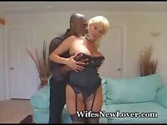 Voluptuous blonde de baise noir de Friend