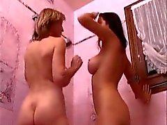 Salopes aux gros seins franska Sluts i badrum