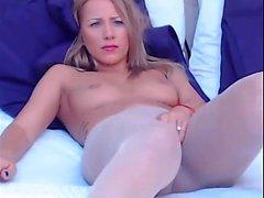 Blonde Cam-Girl in ihrer Strumpfhose mit Vibe ti
