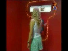Ультра сексуальная большого грудь девушка играет покер на раздевание на ТВ-шоу