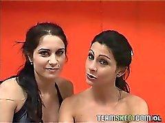 Two sexy Latinas nakuna ja kaksinkertaisen tiimin sekä kova kalu