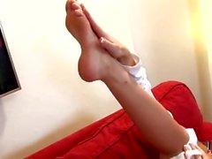 Hot Babe setzt ihre High Heel in ihre Möse & saugen ihre Zehen - heelslovers @ po