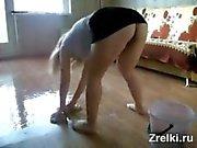 Busty Frau mit großen Arsch wäscht Boden ohne Höschen. Upskirt. Spion