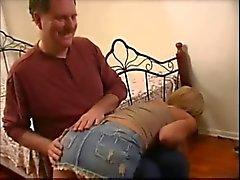 Star Porno americano Kayla Synz a sculacciate da uomo vecchio