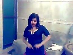 A menina muçulmana do atuando em Mujra particular