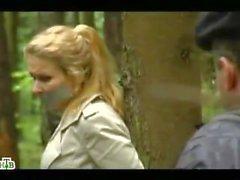 Russische TV Blonde gebunden an einen Baum im Wald
