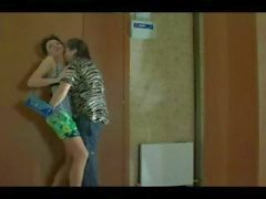 Rijpe brunette chick in sexy kousen getting fucked door jonge kerel