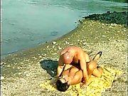 Бабка получает ударил на пляже