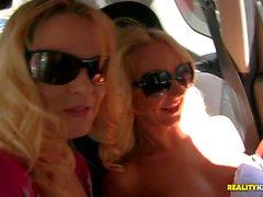 Kleiner titted Euro Blonde von Barra Blechbläser und den Victoria Puppy
