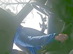 Wielrenner im de een von Auto Handje helpt Amateur geile Mann