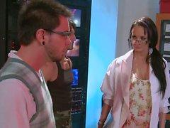 Alektra Blue erhält ihrer Muschi nach nerdy Kerl verzehrt