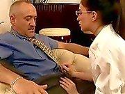 Jonge secretaresse neuken haar oude baas