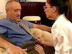 Unga sekreterare knullar hennes gamla chef