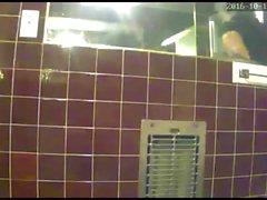 Ausspionieren von Tante im Badezimmer