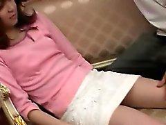 Jeune fille asiatique déshabiller exhibe sa chatte poilue