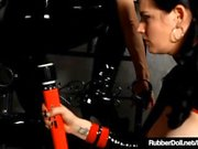 Latex Lesbiennes RubberDoll & Shae Fatale Hitachi Rub Pussies!