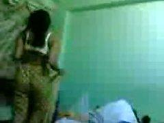Indische Hausfrau Bindu Chitta Belichtung schöne Titten und Körper die auf Bett