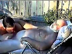 Grandpa poilue fait sucer par jeune homme Un