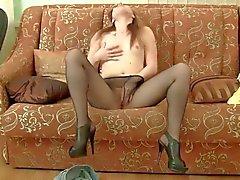 Курящих горячий Клео это мастурбировать ее промежность на диван