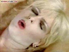Blonden Ladyboy ist Abspritzer auf der Brust