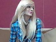 Sexiga blonda på cam stripteasing samt visar henne begränsas av