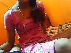 Desi Г. Ф. позволяет ей любовника трахание в миссионерской позе