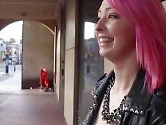 Rosa Haar Schlampe blinkt in der Öffentlichkeit