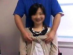 Apparel Asiatiskt bruden ligger på en stol och får sitt bröst gent