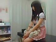 Jovens inocentes adolescente japonês recebe um exame retal do médico