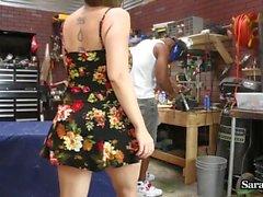 Sara Jay fickt ihren Mechaniker in ihrer Garage!