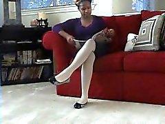 Ebony cuelgan medias blancas