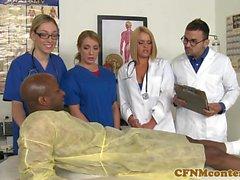 CFNM enfermeira cumsprayed na boca