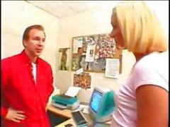 Sarışın orospu Kate Frost azgın patron Alex James Kidell tarafından dövülerek alır