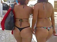 Puttane partenza dalla spiaggia in bikini in
