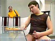 Sexy mama Cínico con las cortinas de Bolonia de miel como él da un poco de ayuda con el la kielbasa