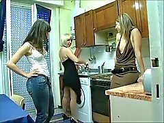 A tre italiano lesbica in Kitchen