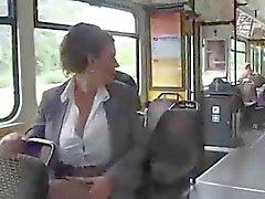 Mujer en de autobús leche materna bombeo de