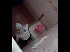Hijab Mädchen auf dem Campus WC