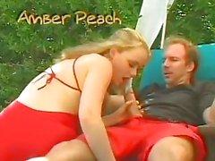 saucy Amber Peach sopla cock lamiéndose la centro muy la piscina al aire libre