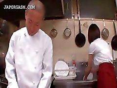 Aziatische serveerster krijgt tieten gegrepen door haar baas op het werk