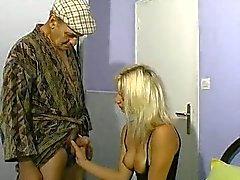 Femme blonde et le des vieillards