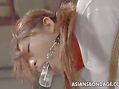 Vasca ragazza pon pon asiatica occupa un round di sadomaso .
