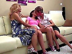 Dos lesbianas maduras que comparten una los coños
