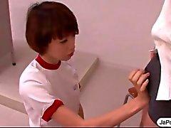 Aluna japonesa funciona um galo com a boca