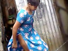 Bangladesíes chicas del pueblo La franja que se bañan en Dacca sede de ciudad ( de 4 )
